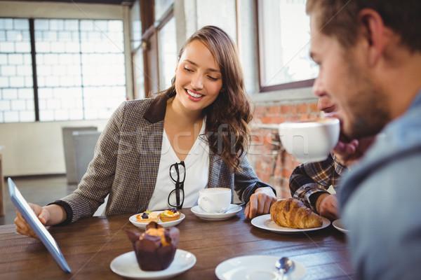 Sorridente amigos café olhando comprimido Foto stock © wavebreak_media