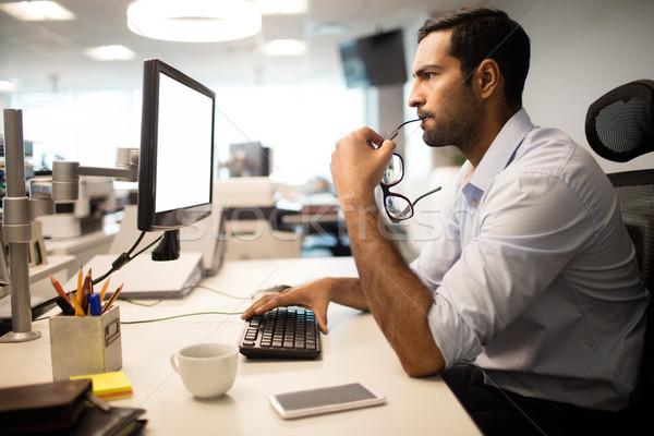 Zamyślony biznesmen biuro widok z boku biurko Zdjęcia stock © wavebreak_media