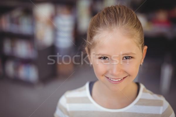Retrato sonriendo colegiala biblioteca escuela nina Foto stock © wavebreak_media