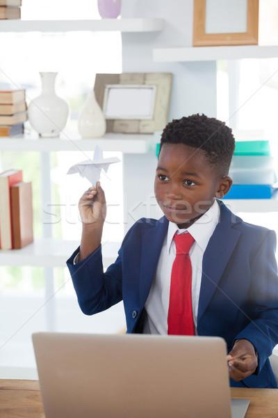 Foto stock: Menino · empresário · jogar · avião · de · papel · sessão · secretária