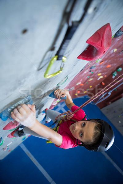 Tinilány gyakorol hegymászás fitnessz stúdió lány Stock fotó © wavebreak_media