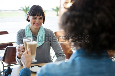 Portret glimlachend jonge vrouw drinken tablet Stockfoto © wavebreak_media