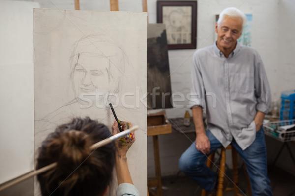 Kıdemli adam izlerken sanatçı çizim tuval Stok fotoğraf © wavebreak_media