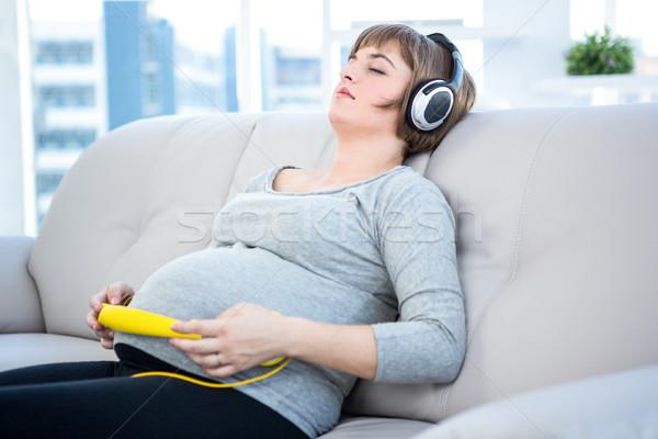 Kobieta w ciąży słuchanie muzyki domu kobieta muzyki Zdjęcia stock © wavebreak_media