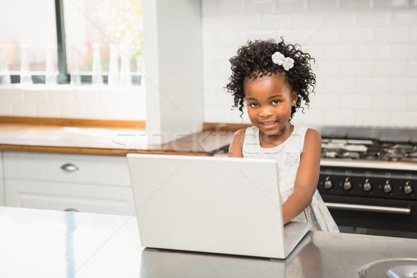 Lány laptop konyhaasztal otthon számítógép boldog Stock fotó © wavebreak_media