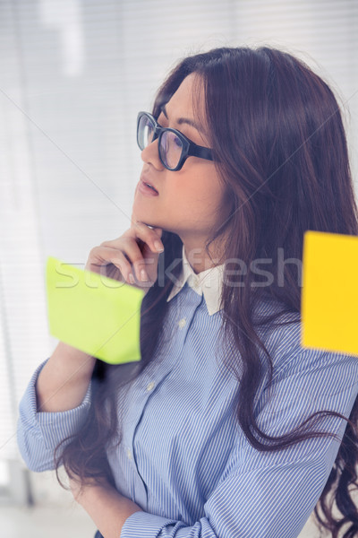 ázsiai üzletasszony cetlik fal iroda üzlet Stock fotó © wavebreak_media