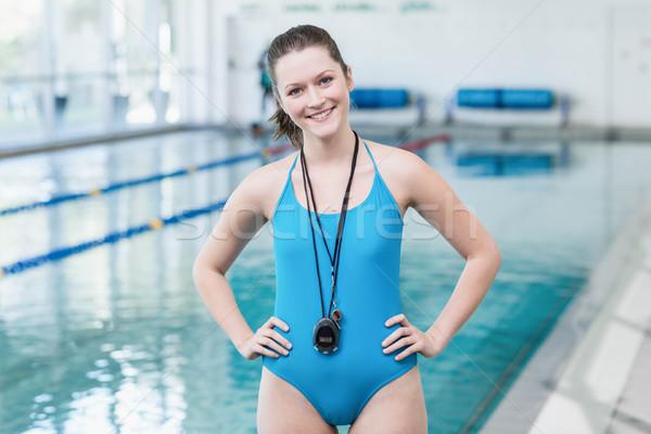 Bastante entrenador pie manos caderas piscina Foto stock © wavebreak_media