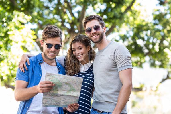 Hanche amis carte extérieur souriant femme Photo stock © wavebreak_media