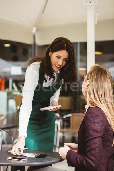Sonriendo camarera toma para Servicio alimentos Foto stock © wavebreak_media