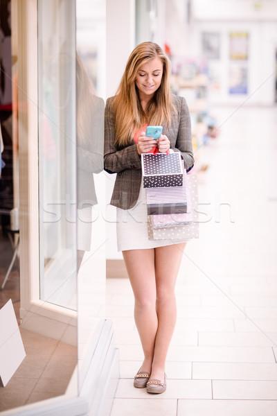 Schöne Frau Telefon Fenster Warenkorb Einkaufszentrum glücklich Stock foto © wavebreak_media