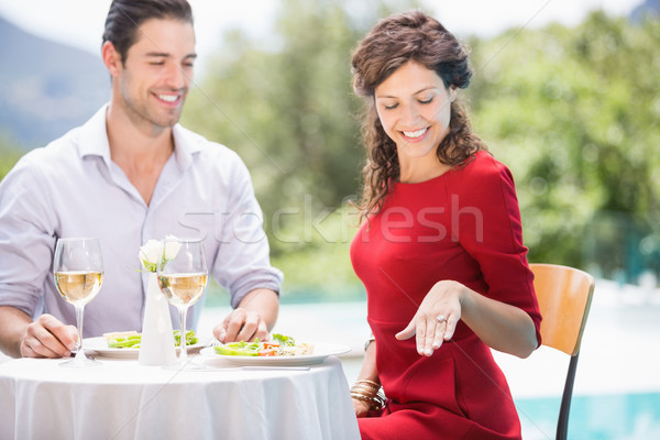Femme souriante regarder bague de fiançailles séance alimentaire mode Photo stock © wavebreak_media