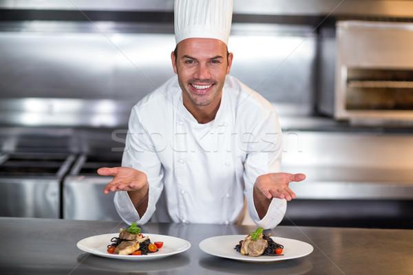 Portré mosolyog szakács mutat étel tányérok Stock fotó © wavebreak_media