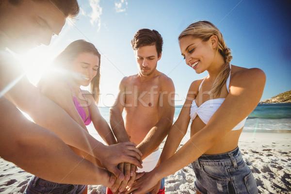 Arkadaşlar eller birlikte plaj kadın adam Stok fotoğraf © wavebreak_media