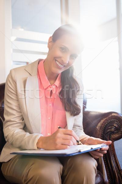 Femme psychologue posant bureau heureux écrit Photo stock © wavebreak_media