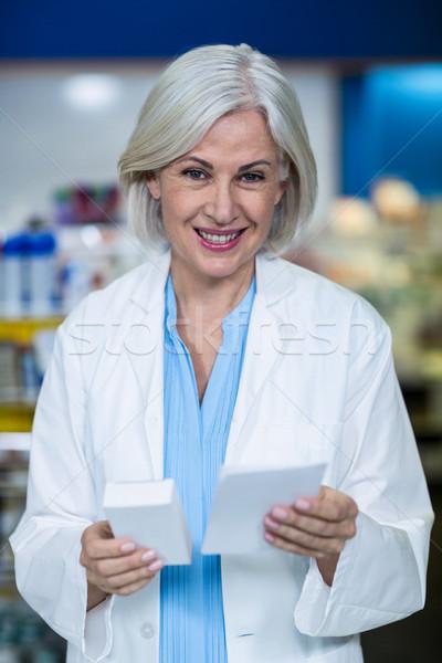 Gyógyszerész tart gyógyszer recept gyógyszertár portré Stock fotó © wavebreak_media