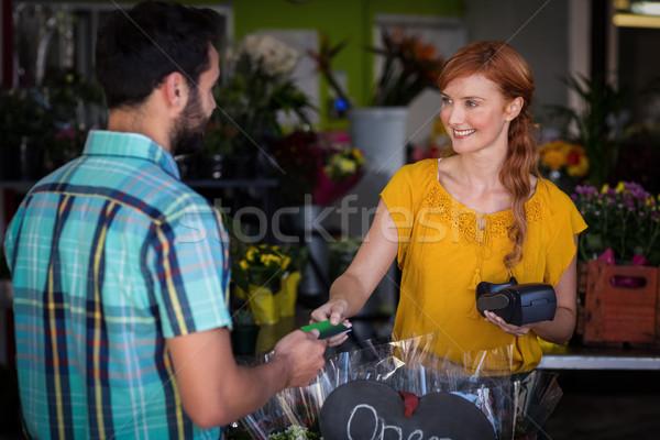 Férfi készít fizetés hitelkártya női virágárus Stock fotó © wavebreak_media