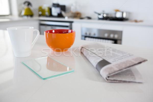 Café da manhã tigela caneca de café jornal cozinha casa Foto stock © wavebreak_media