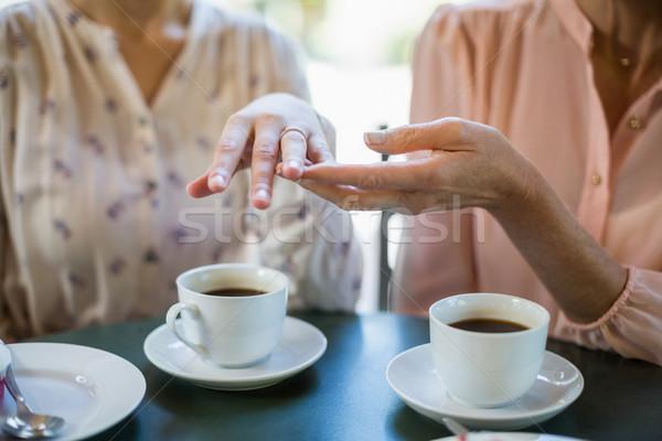 Femeie inel de logodna prieten restaurant Imagine de stoc © wavebreak_media