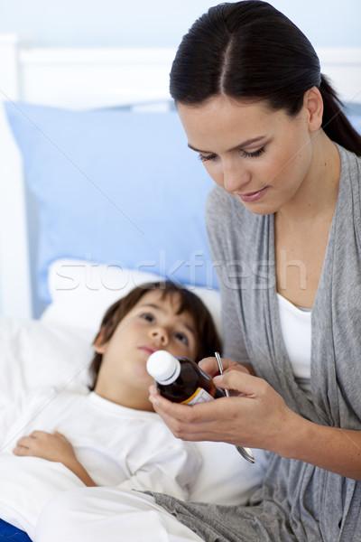 Madre hijo jarabe mano salud beber Foto stock © wavebreak_media