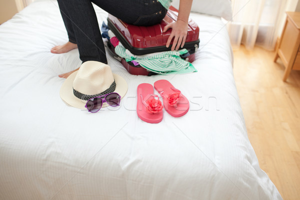 Vrouw sluiten koffer bed meisje Stockfoto © wavebreak_media