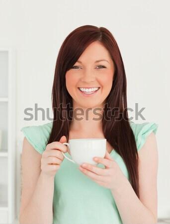Mooie vrouw genieten beker koffie permanente witte Stockfoto © wavebreak_media