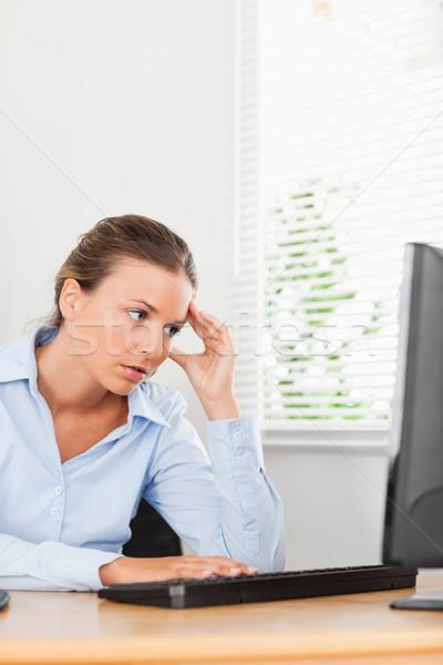 Frustré regarder femme d'affaires écran pc bureau Photo stock © wavebreak_media