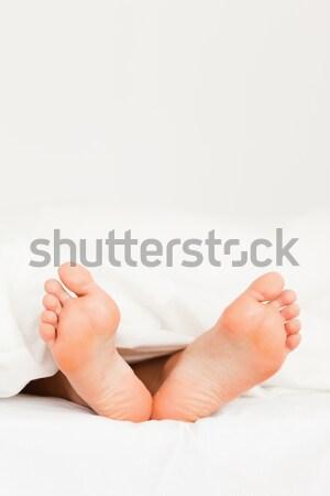 Stok fotoğraf: Iki · çift · ayaklar · diğer · yatak · aile