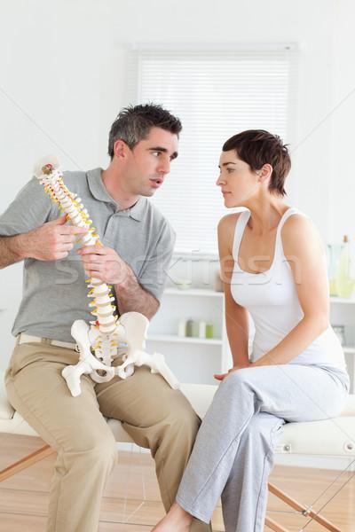 Femme écouter chiropraticien chambre bureau homme Photo stock © wavebreak_media