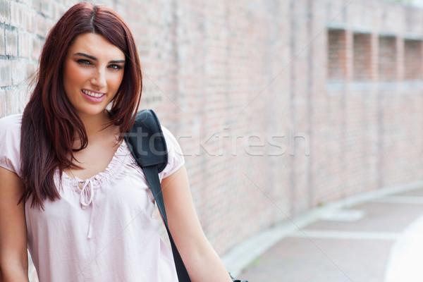 Glücklich Studenten posiert außerhalb Gesicht Gebäude Stock foto © wavebreak_media