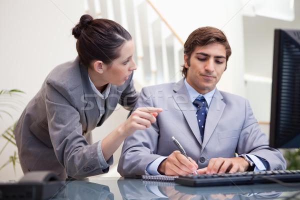小さな ビジネスマン メモを取る 説明 同僚 コンピュータ ストックフォト © wavebreak_media
