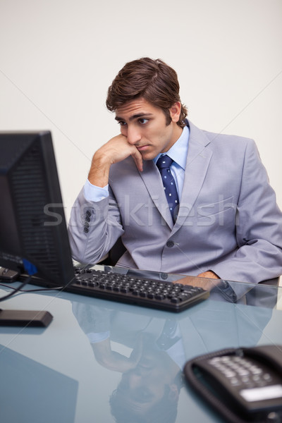 Jóvenes empresario espera ordenador trabajo traje Foto stock © wavebreak_media