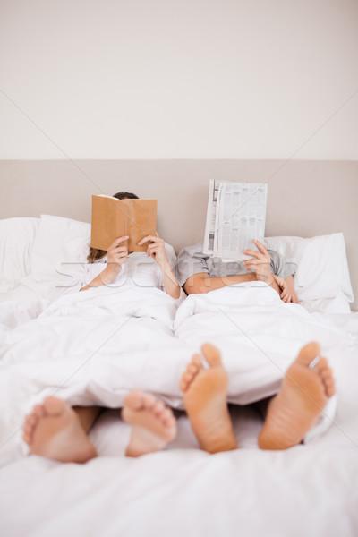портрет пару чтение спальня любви Сток-фото © wavebreak_media