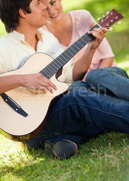 Uomo giocare canzone chitarra sorridere amico Foto d'archivio © wavebreak_media