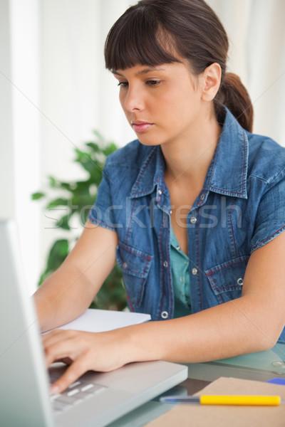 学生 宿題 ノートパソコン 作業 研究 勉強 ストックフォト © wavebreak_media