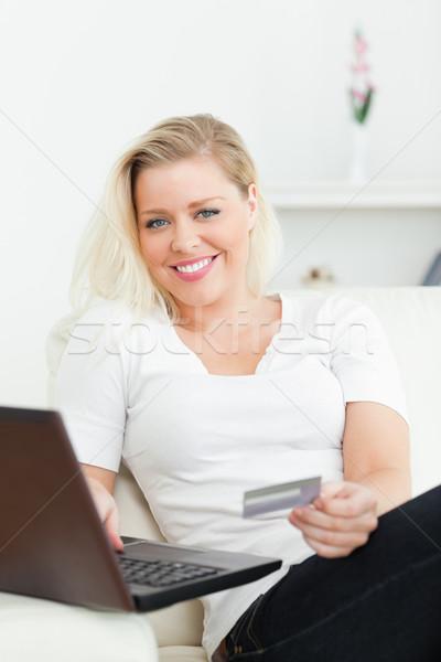случайный женщину используя ноутбук электронной коммерции диван деньги Сток-фото © wavebreak_media