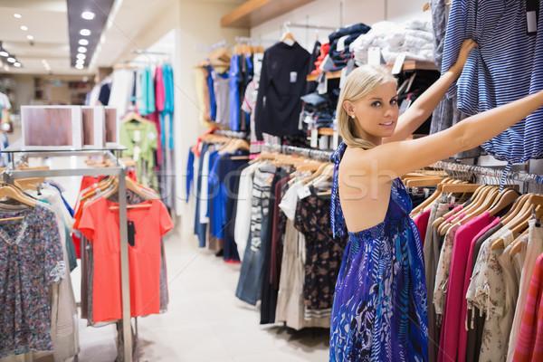 Stock fotó: Mosolygó · nő · néz · ruházat · butik · lány · kéz