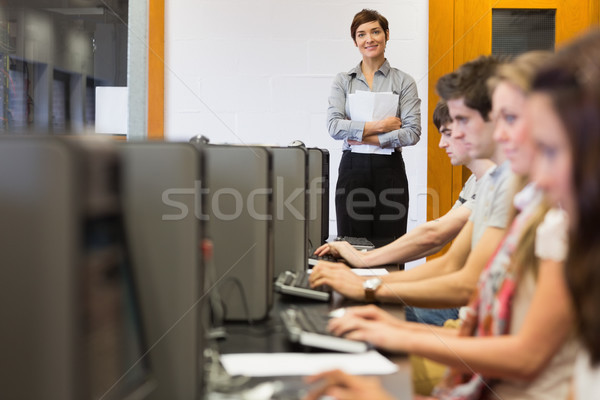Stok fotoğraf: öğretmen · ayakta · Öğrenciler · oturma · bilgisayar · odası · kolej