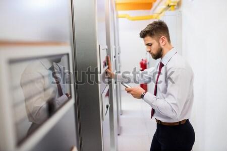 Técnico servidor sorridente trabalhando Foto stock © wavebreak_media