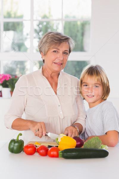 Nagyi vág zöldségek unoka konyha ház Stock fotó © wavebreak_media