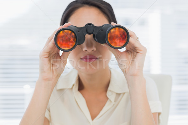 Zakenvrouw naar verrekijker ernstig kantoor Stockfoto © wavebreak_media