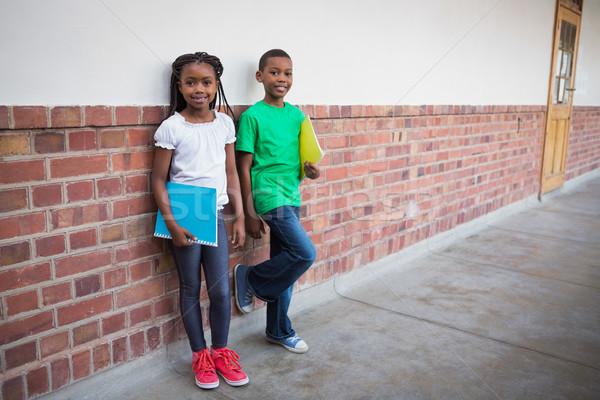 Cute uczniowie uśmiechnięty kamery korytarz szkoła podstawowa Zdjęcia stock © wavebreak_media