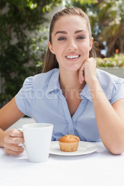 Mooie vrouw koffie buiten coffeeshop gelukkig vrouwelijke Stockfoto © wavebreak_media