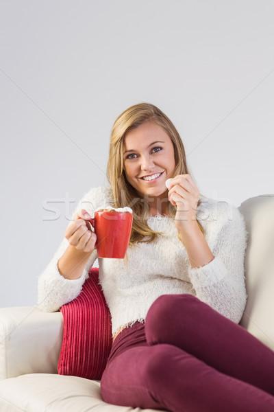 Csinos szőke nő élvezi forró csokoládé kanapé otthon Stock fotó © wavebreak_media