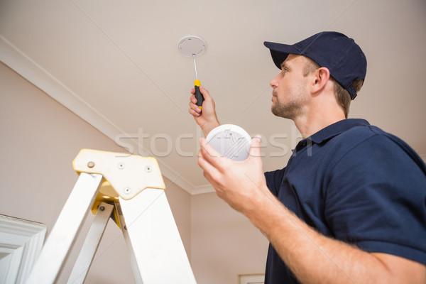 Złota rączka dymu detektor śrubokręt sufit Zdjęcia stock © wavebreak_media
