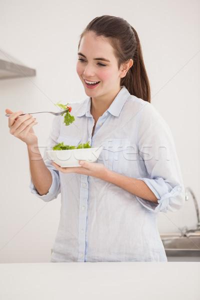Bastante morena comer tazón ensalada casa Foto stock © wavebreak_media