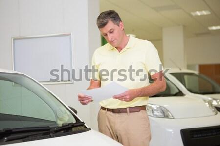 Mosolyog vásárló dől autó új autó bemutatóterem Stock fotó © wavebreak_media