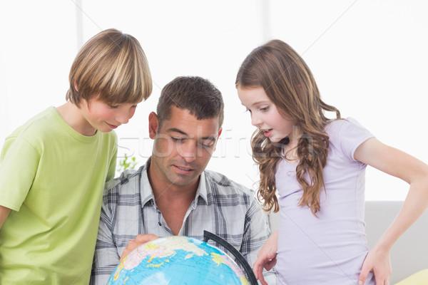 Testvérek apa felfedez térkép földgömb otthon Stock fotó © wavebreak_media