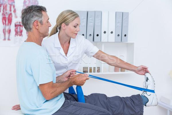 Médico examinar paciente atrás piernas médicos Foto stock © wavebreak_media
