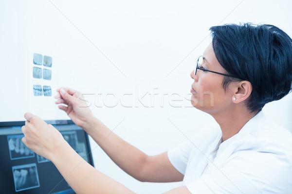 Concentré Homme dentiste regarder xray vue de côté Photo stock © wavebreak_media