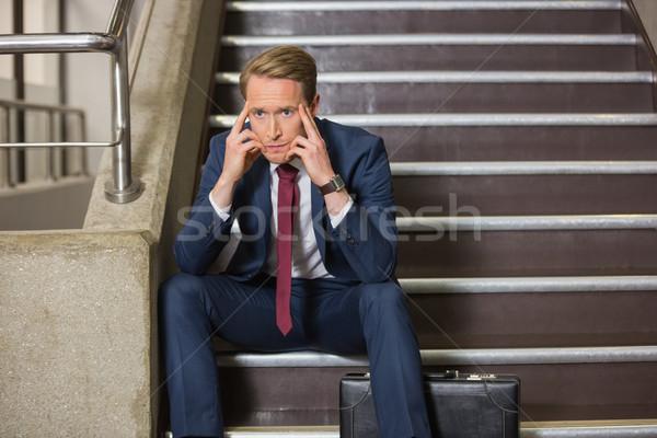 Biznesmen posiedzenia kroki biurowiec budynku Zdjęcia stock © wavebreak_media